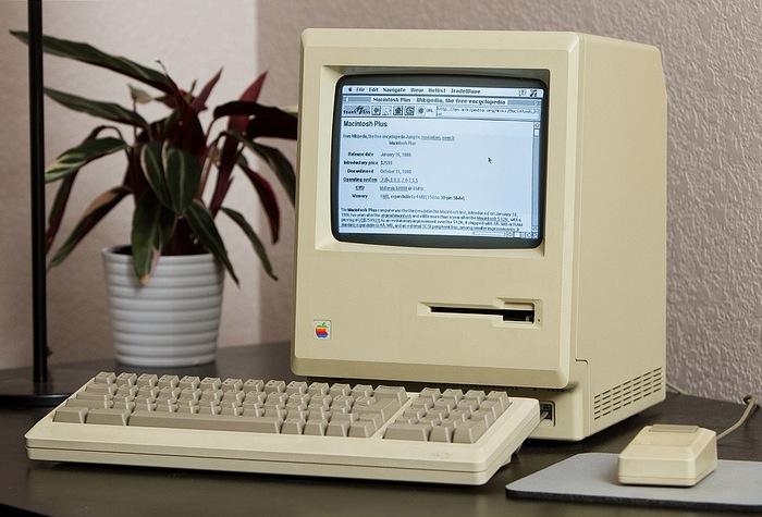 Macintosh Plus Depois de 27 anos, o Macintosh Plus finalmente pode se conectar na internet, com a ajuda do Raspberry Pi