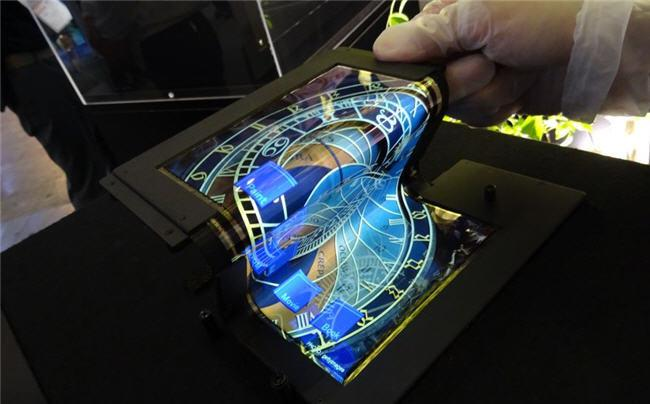 650 1000 oled flexible 1 sel Uma tela OLED touch que se dobra em três!