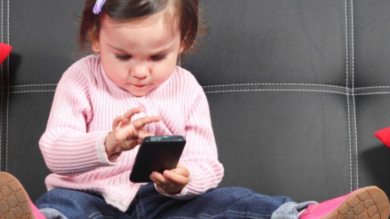 crianca-brincando-smartphone