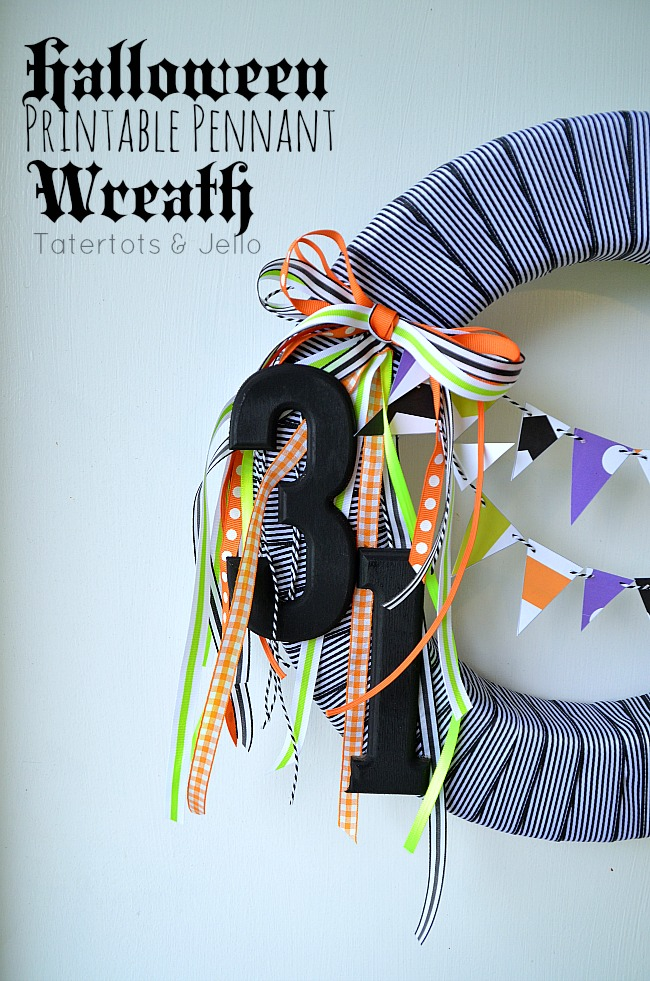 Blak and White Halloween wreath and free bunting printables. #halloween #wreaths #freeprintables