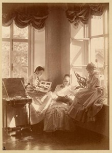 Three_girls_with_photograph_albums a