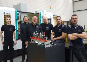 Het team van Metaaldraaierij Brienen bij het nieuwe bewerkingscentrum van Feeler. Derde van links Andries Brienen. Links naast hem Jan-Nico Kisters van Techno-Center Vessem, leverancier van Feeler