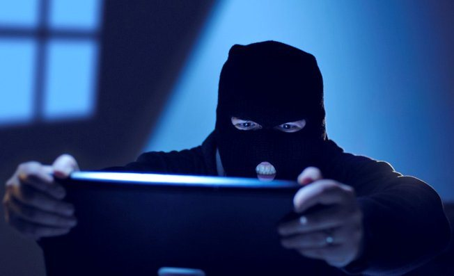 computer-hacker-snooping-stealing1106151156431