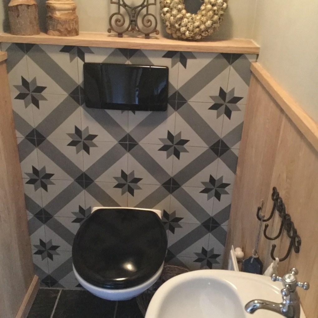 cementtegel-op-achterwand-toilet