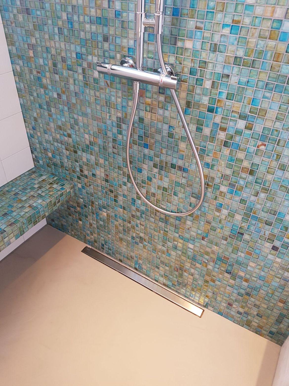 mozaiek in badkamer met gietvloer grijs