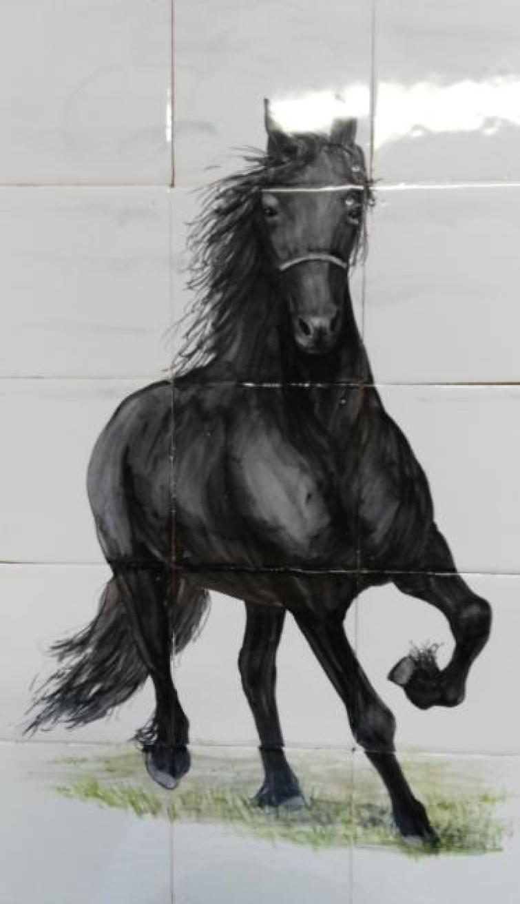 rennend fries paard op ambachtelijke tegels