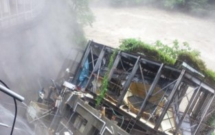侍おむすびさんはTwitterを使っています   ヤバいです、鬼怒川温泉、隣のホテルの温泉施設崩壊しました、 http   t.co RGB7Wm8Ahf
