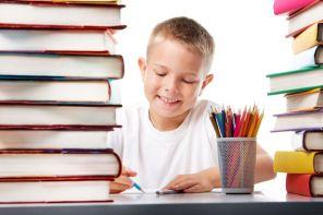 本に囲まれる子供