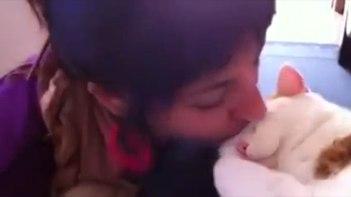 何その反応!-お昼寝中のネコにキスしてみたら・・・とってもカワイイ仕草で応えてくれました。