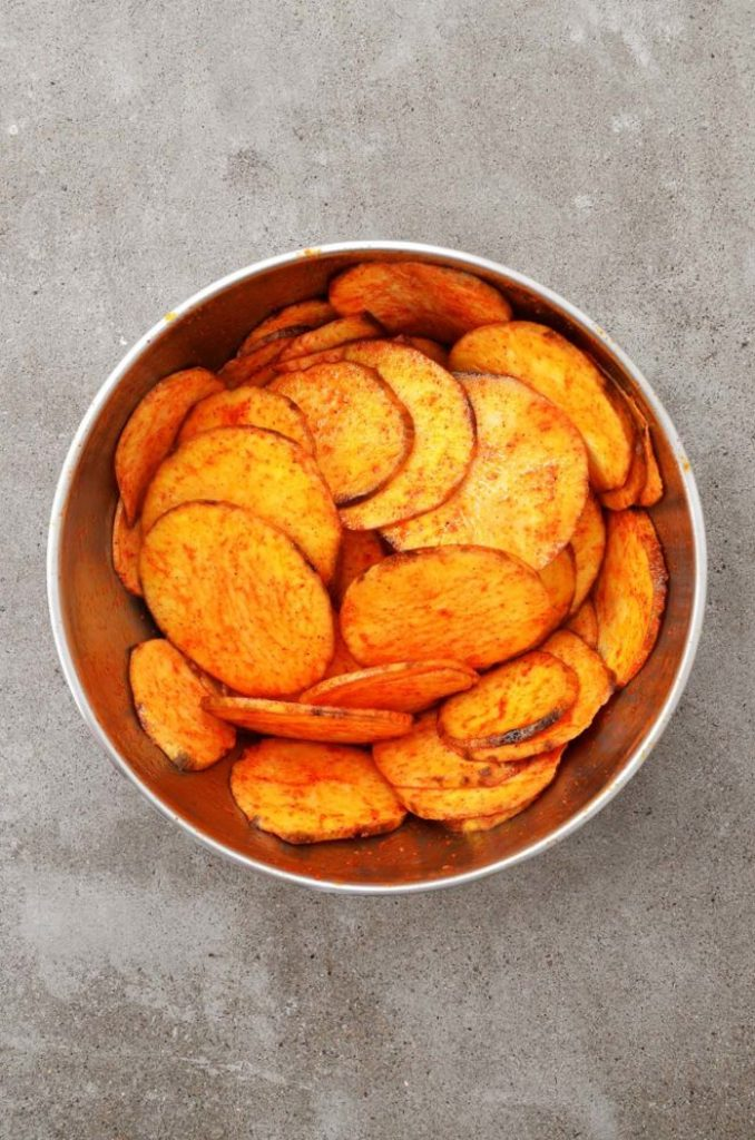 Batatas temperadas e cortadas