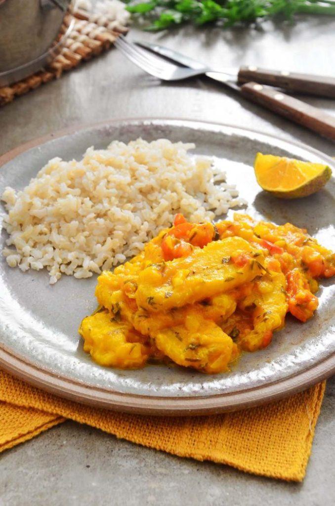 Moqueca de banana com arroz integral