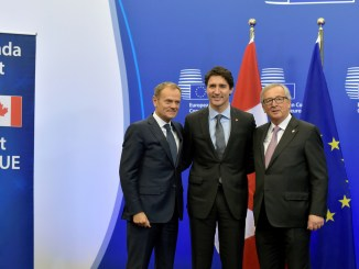 Canada's Prime Minister Justin Trudeau poses with European Council President Donald Tusk (L) and European Commission President Jean-Claude Juncker (R) before signing the Comprehensive Economic and Trade Agreement (CETA) at the European Council in Brussels, Belgium, October 30, 2016. REUTERS/Eric Vidal