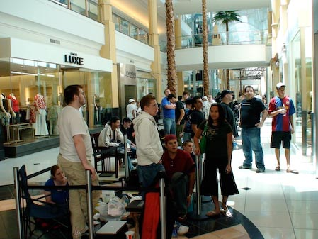 Hundreds of people lined up to buy an iPhone 3g at every store
