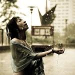 水滴をかぶる女の人