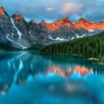 湖に映る山々