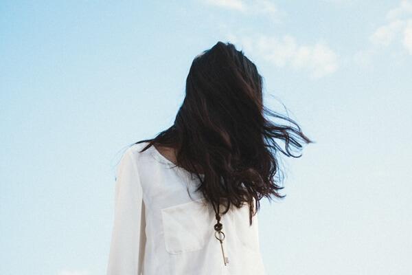 髪で顔が隠れてる女の人