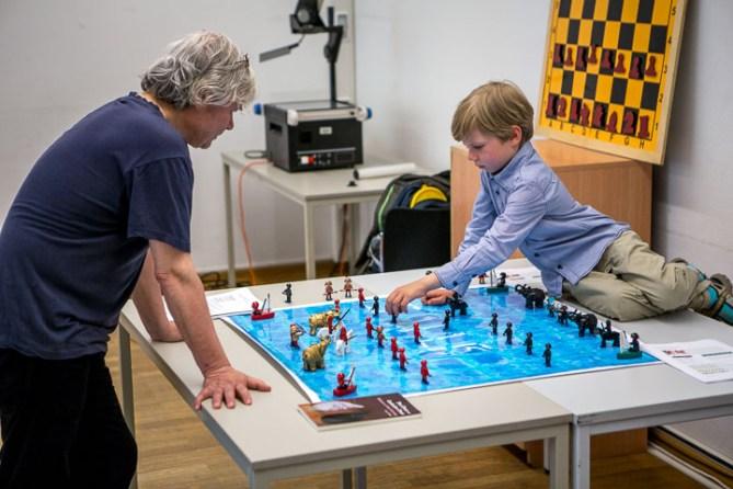 Makruk im Playmobil- und Lego-Look: René Gralla, der das Set gebastelt hat (li.), bei einem Testmatch gegen Turnierteilnehmer Paul Geißler (re.). Foto: Christoph Harder