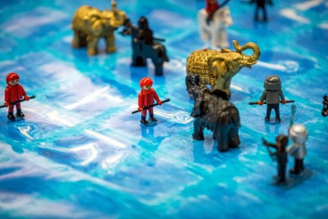 Was eine Partie Makruk wirklich darstellt: eine Schlacht im Reisfeld, als Reenactment en miniature mit dem Demo-Set von René Gralla. Foto: Christoph Harder