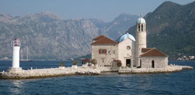 Остров Богородицы на рифе в Черногории