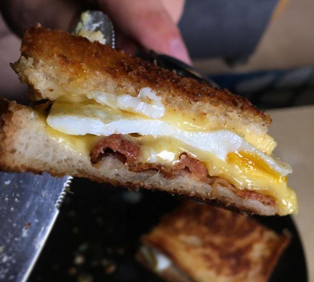 Kater- und Grundlagenfrühstück. Grilled Cheese-Egg-Bacon Sandwich.