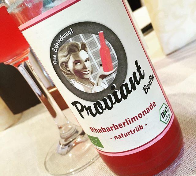 Hmmm Vegane Rhabarberlimonade aus der RhabarberBarbaraBar in Berlin. #vivalasvegan. Dazu Spargel und n Schnitzel