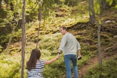 Будущие родители Сергей и Маша в шведском лесу