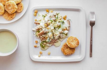Готовим вместе: аппетитный салат под нежным грушевым соусом-ласси