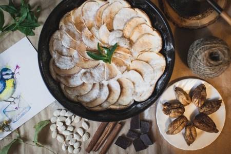 Готовим вместе: пирог с яблоками и инжиром