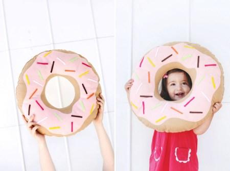 Сладкая игрушка: шьем подушку-пончик