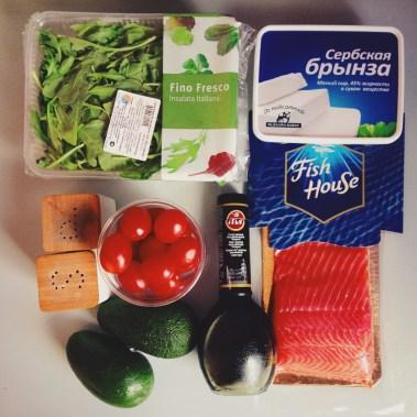 Salat c rukkoloy i krasnoy ryboi (1)