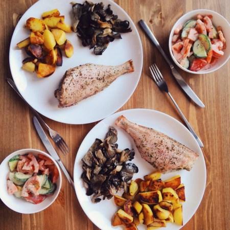Быстрые рецепты от Вероники: окунь с картофелем и свежий салат