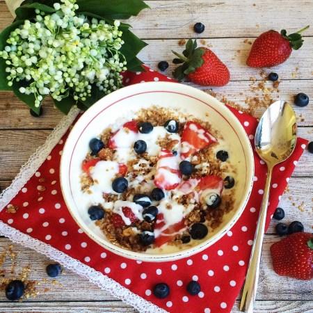 Рецепт домашнего йогурта с мюсли и свежими ягодами