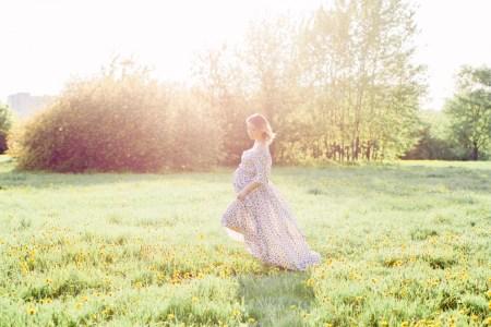 В цветущем саду: Ольга в ожидании сына