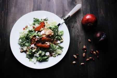 Рецепт салата с карамелизированной сливой и корицей