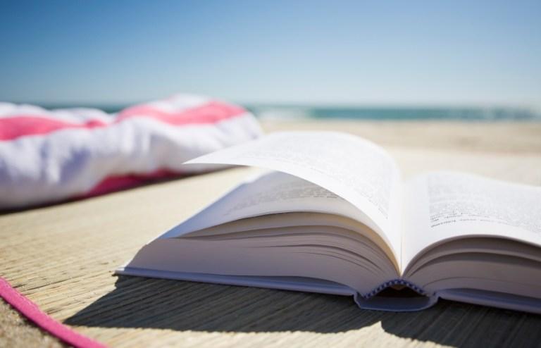 Книжный шкаф: 5 книг для вашего отпуска