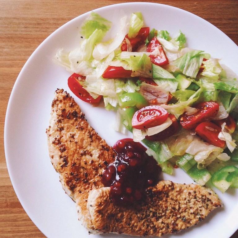 Быстрые рецепты от Вероники: эскалопы из индейки с легким овощным салатом