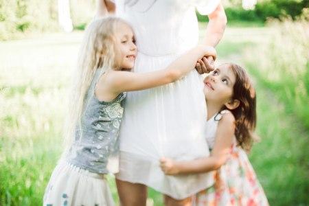 Солнечный день на природе: семейная фотосессия