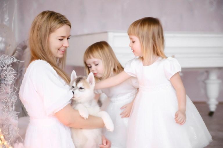 Наталья, близняшки Оля и Аня и щенки хаски