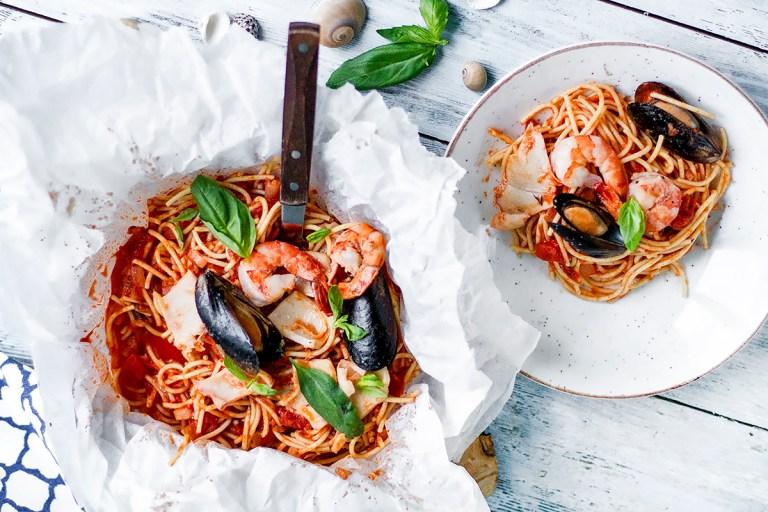 Спагетти с морепродуктами в пергаментном мешочке