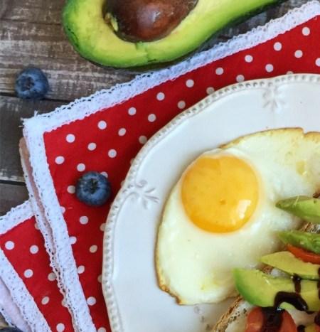 Завтрак с яичницей и бурскеттой с авокадо
