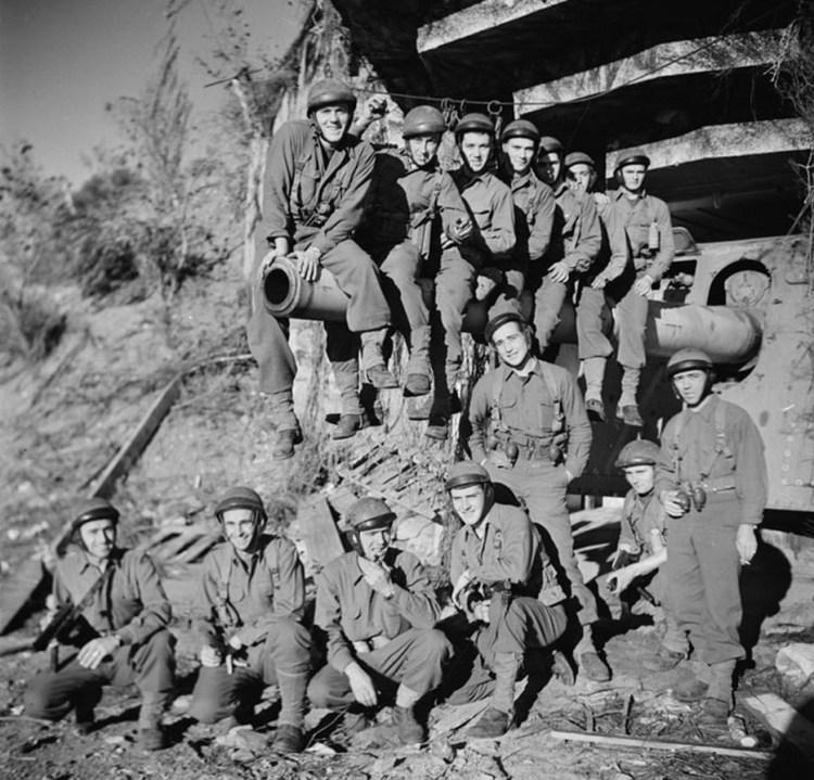 Le groupe des commandos d'Afrique réuni après un exercice d'attaque du fort de Mauvannes, au-dessus d'Hyères (janvier 1945). Crédit : ECPAD