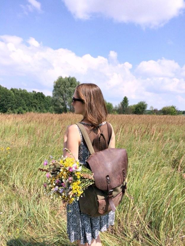 Девушка с рюкзаком и цветами