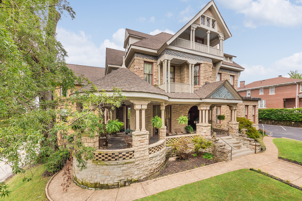 Historical Mayor S Mansion Bed And Breakfast For Sale - Bed And Breakfast For Sale Alberta