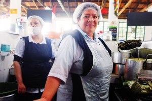 """Doña Elena cooks tolimense in """"La Perse."""""""