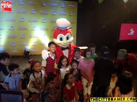 Jollibee with the kids at the Jollibee Christmas Party