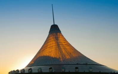 La estructura triangular que parece una tienda de camapaña es Norman Foster Khan Shatyr Entertainment Center 2010
