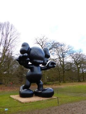 Kaws, esculturas expuestas en el Yorkshire Sculpture Park (Inglaterra), 2016. Foto Paper Planes & Caramel Waffles Blog