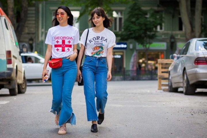 street-style-con-camisa-souvenir-de-canada-y-korea