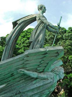 foto-2-juan-de-avalos-monumento-a-su-excelencia-el-jefe-del-estado-detalle-1966-bronce-hierro-y-piedra-santa-cruz-de-tenerife-islas-canarias-fuente-espana-bizarra