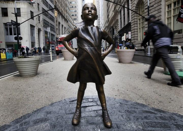 """""""The Fearless Girl"""" del artista Kristen Visbal"""